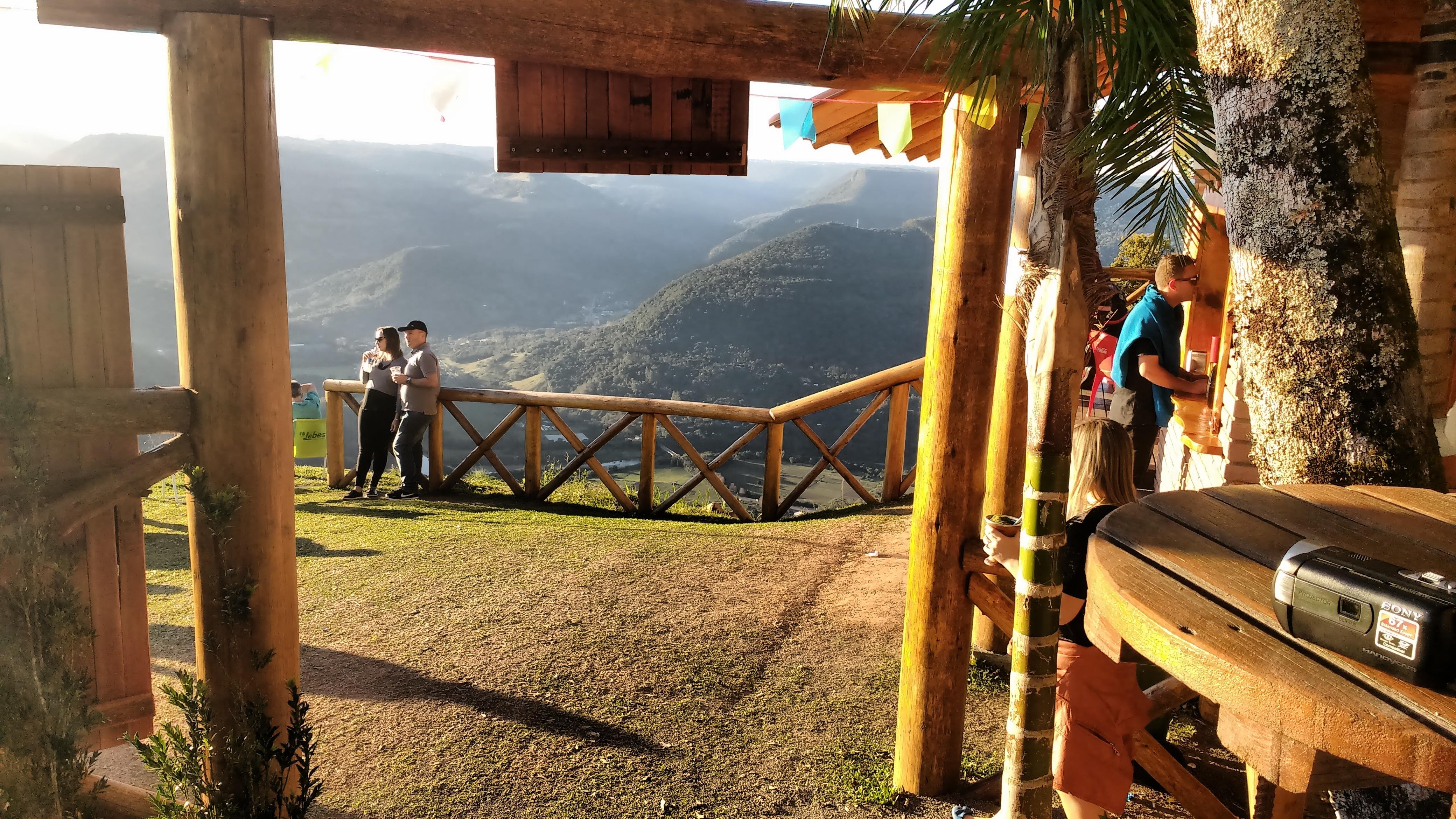 casal posa para foto no Ninho das Águias