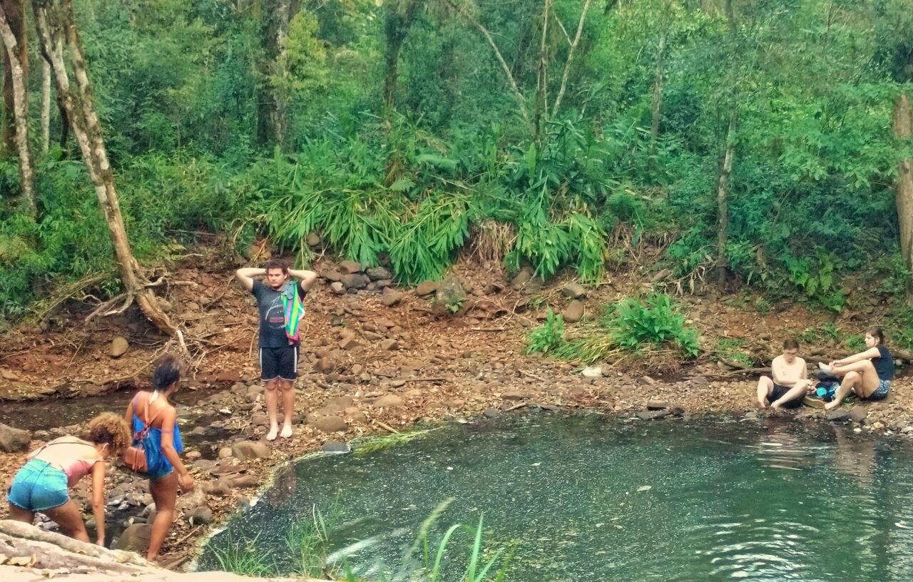 pessoas no meio da natureza nas águas da cachoeira das sete quedas