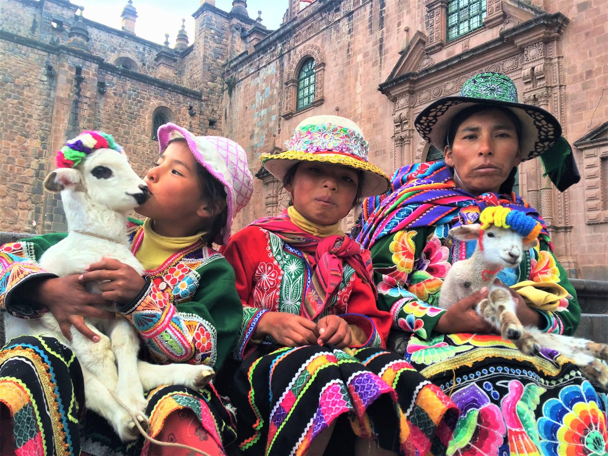 como visitar machu picchu peruanos com roupas típicas
