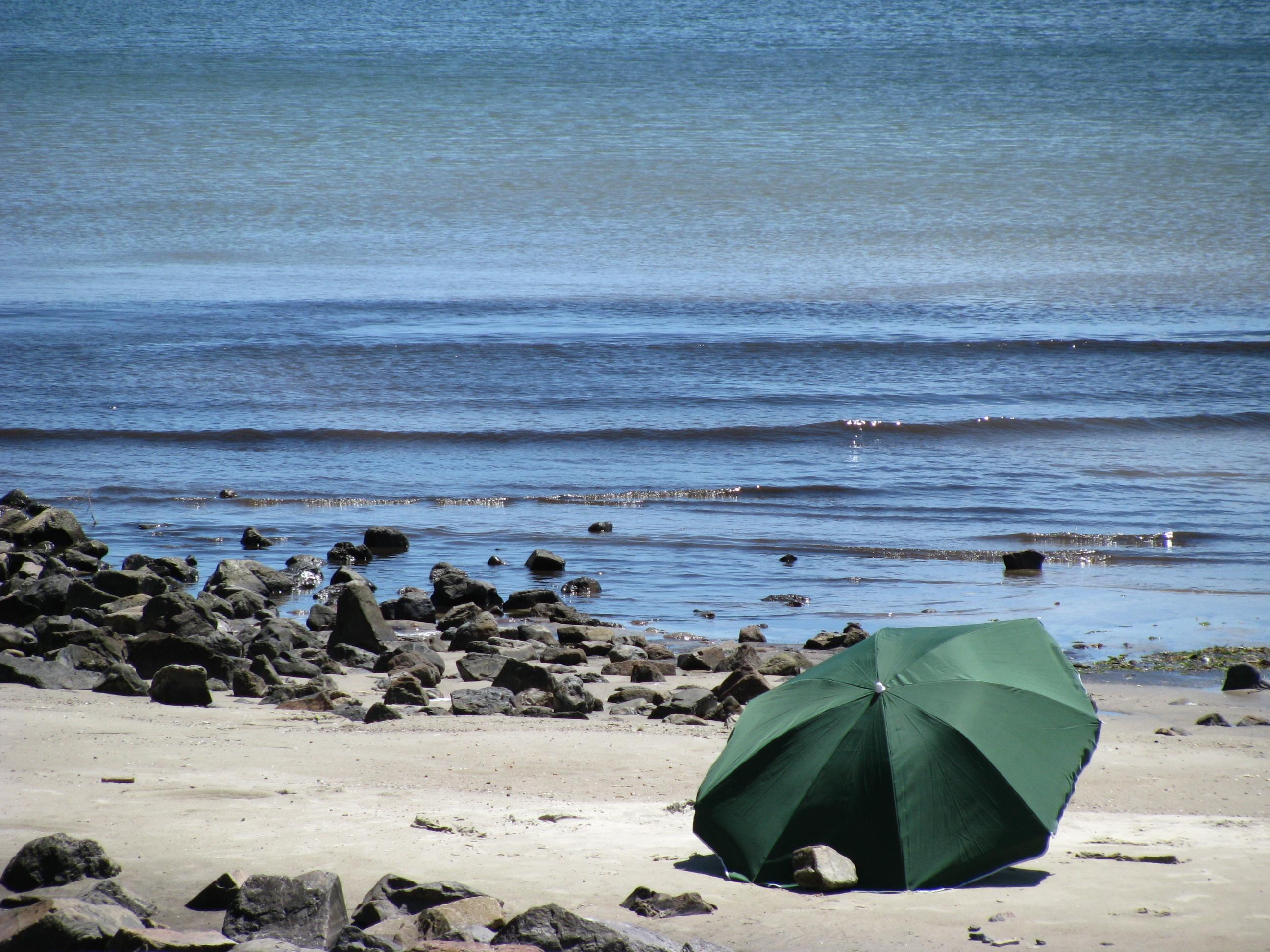 areia e mar na praia de piriápolis uruguai