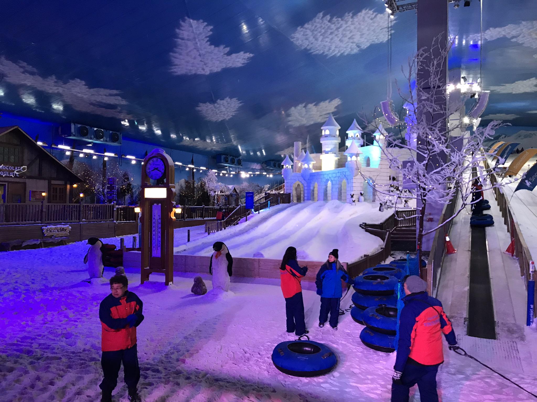 snowland night pessoas na pista de gelo
