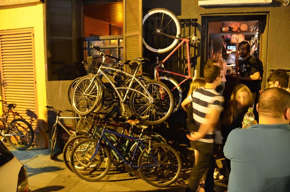 bikes em frente ao dirty old man porto alegre