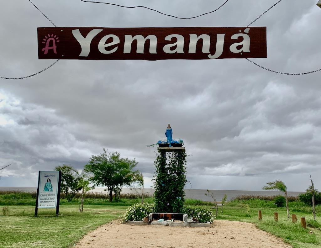 monumento a Iemanjá em frente à lagoa