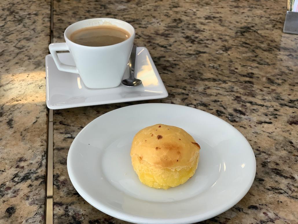pão de queijo e café servidos na mesa