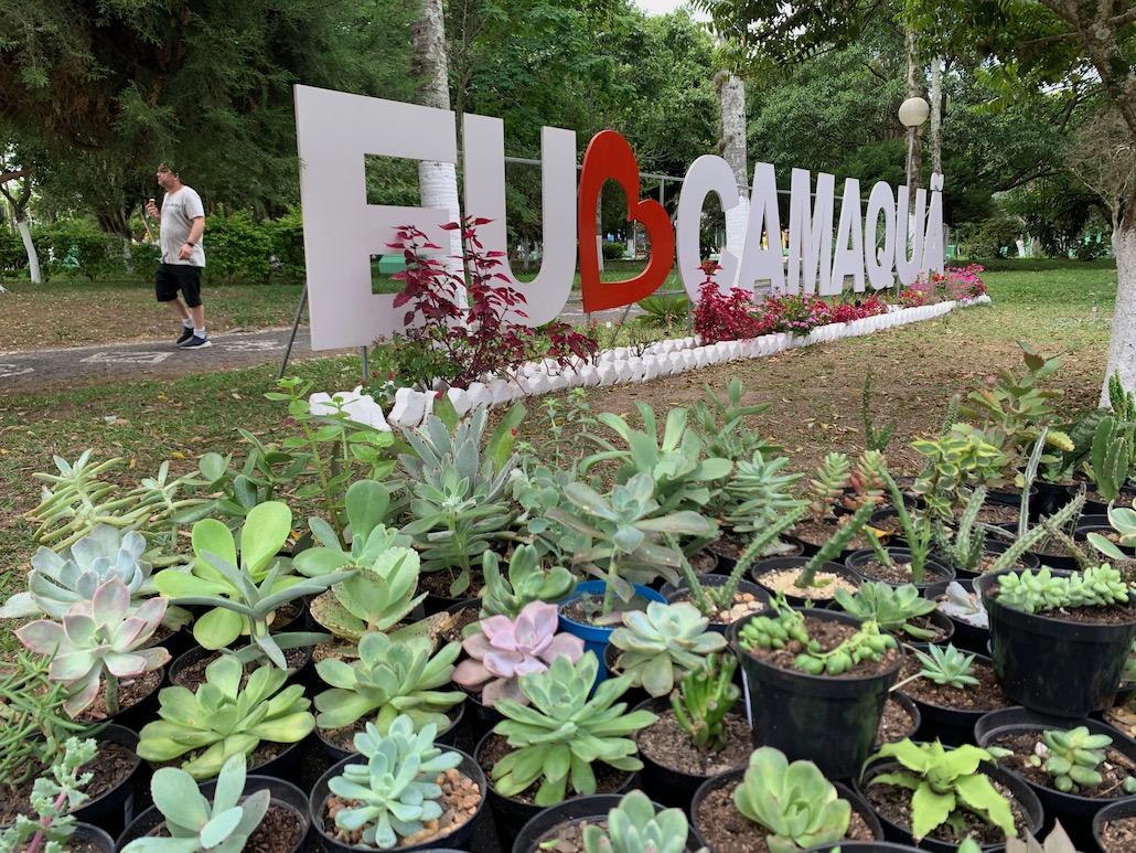 flores em frente a letreiro de Camaquã