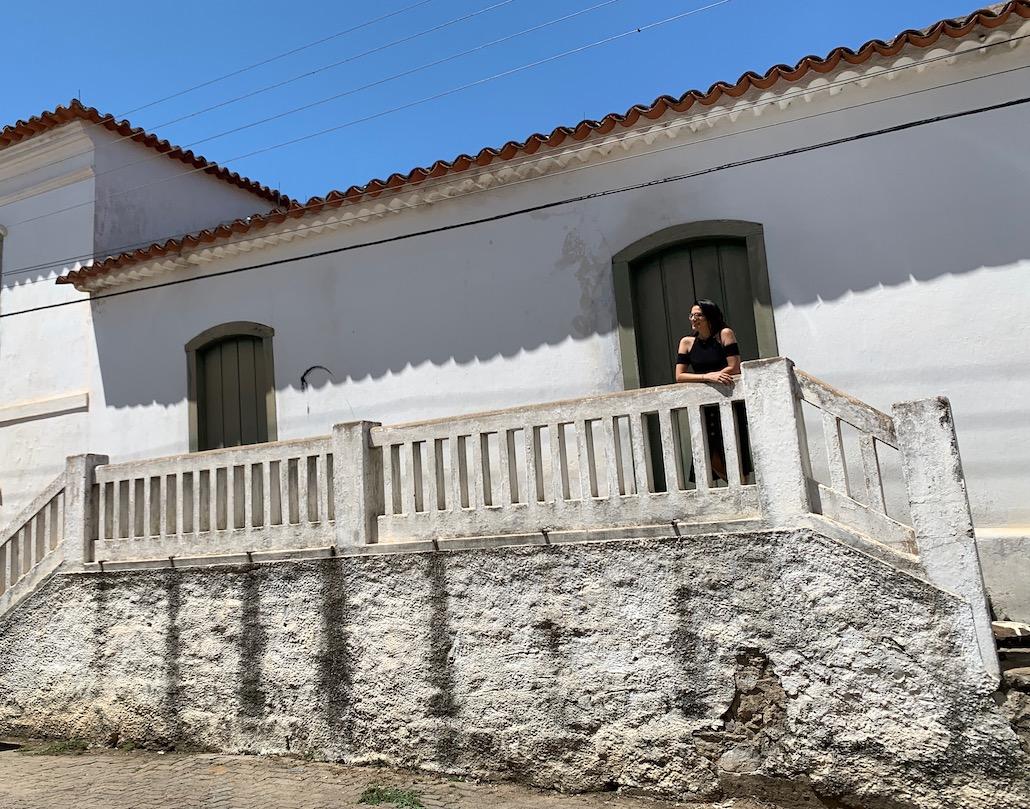 mulher em frente a prédio histórico de piratini