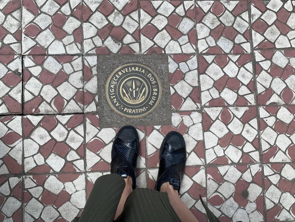 marcação na calçada indicando antiga cervejaria dos brum em piratini