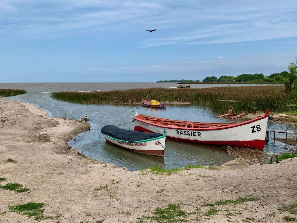 barcos ancorados na lagoa em são lourenço do sul