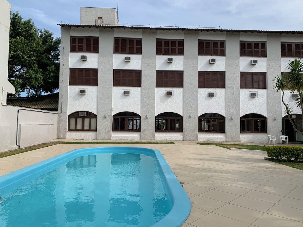 fachada do hotel com piscina