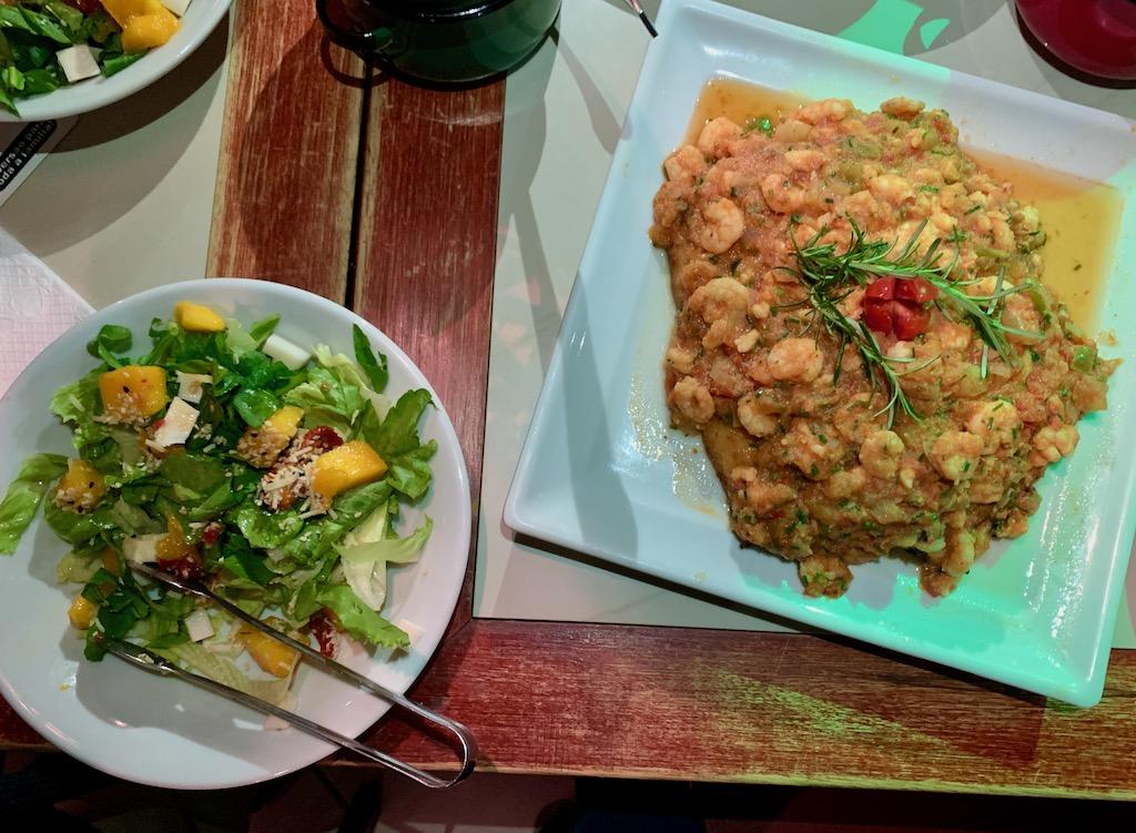prato de salada e linguado ao molho de camarão
