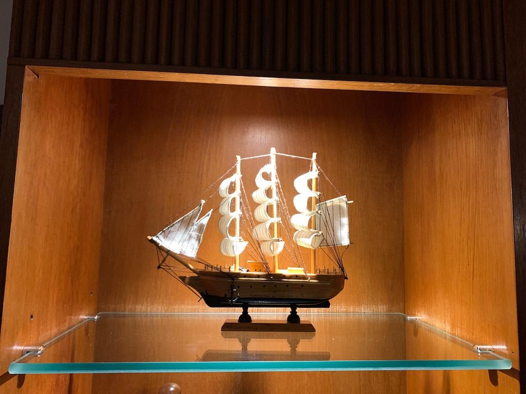 barco decorativo em prateleira de vidro