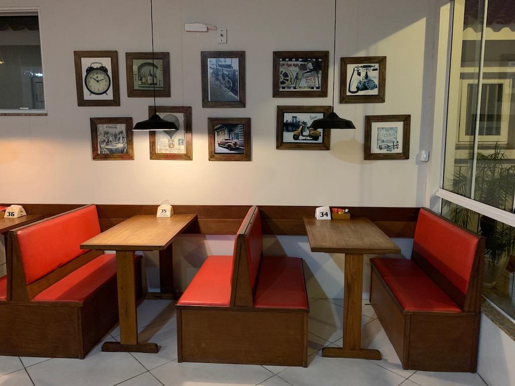 mesas de pub e quadros na parede
