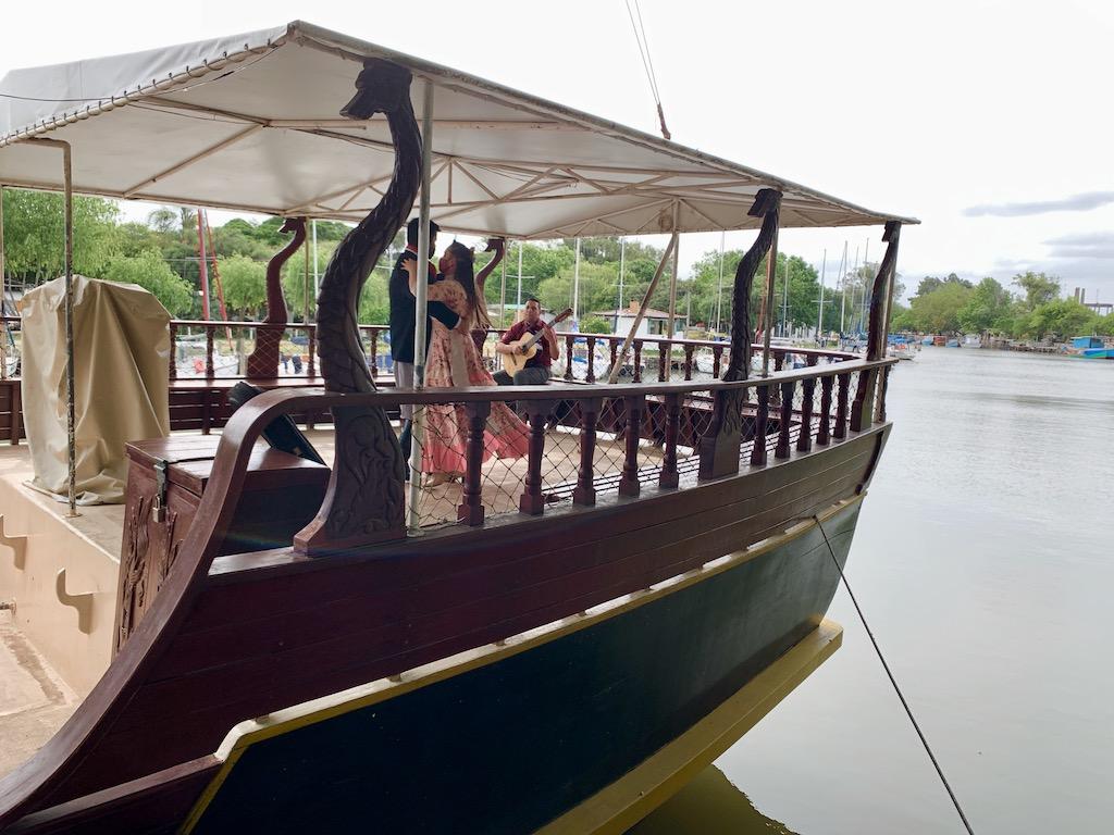 casal dançando em barco
