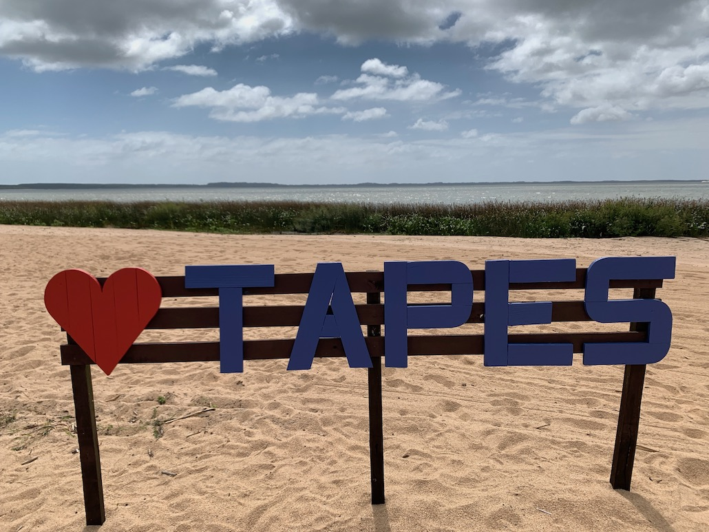 letreiro de Tapes na areia da praia