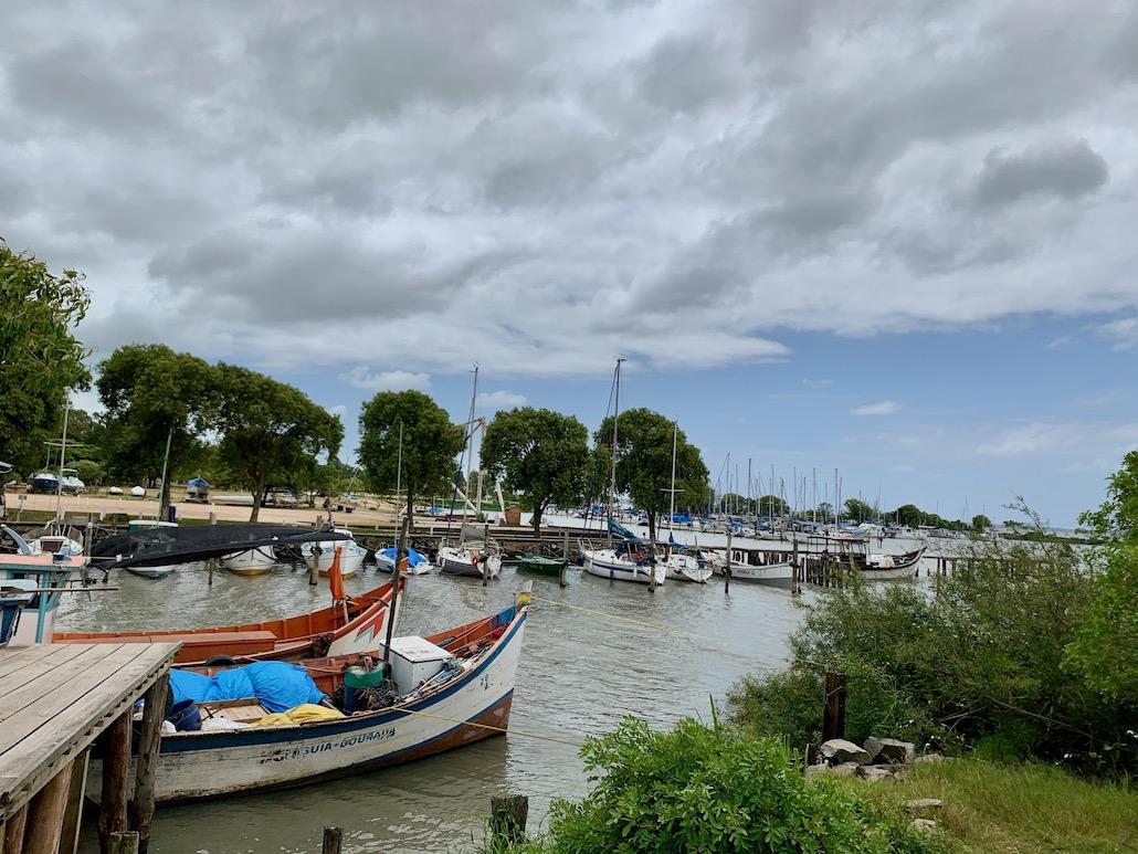 barcos ancorados na lagoa em tapes