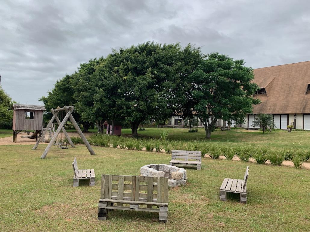 pátio externo com bancos e árvores