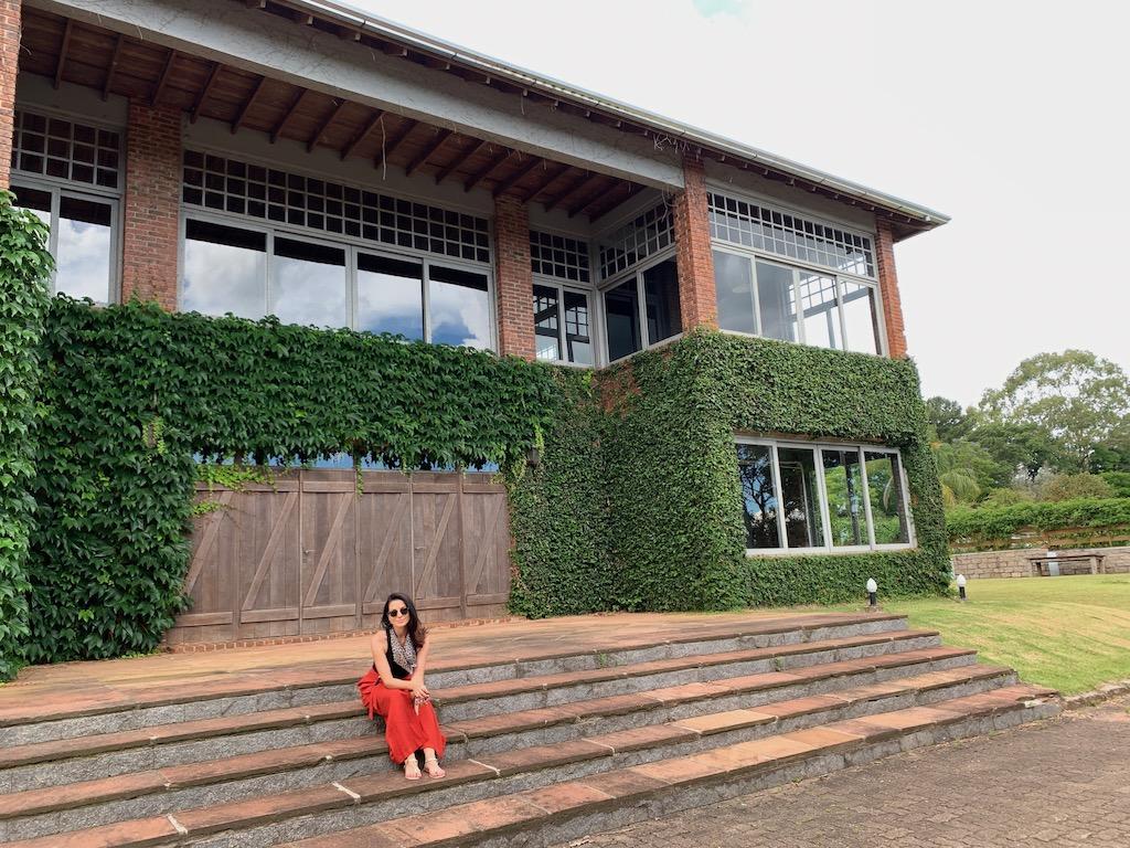 construção na entrada da vinícola laurentia