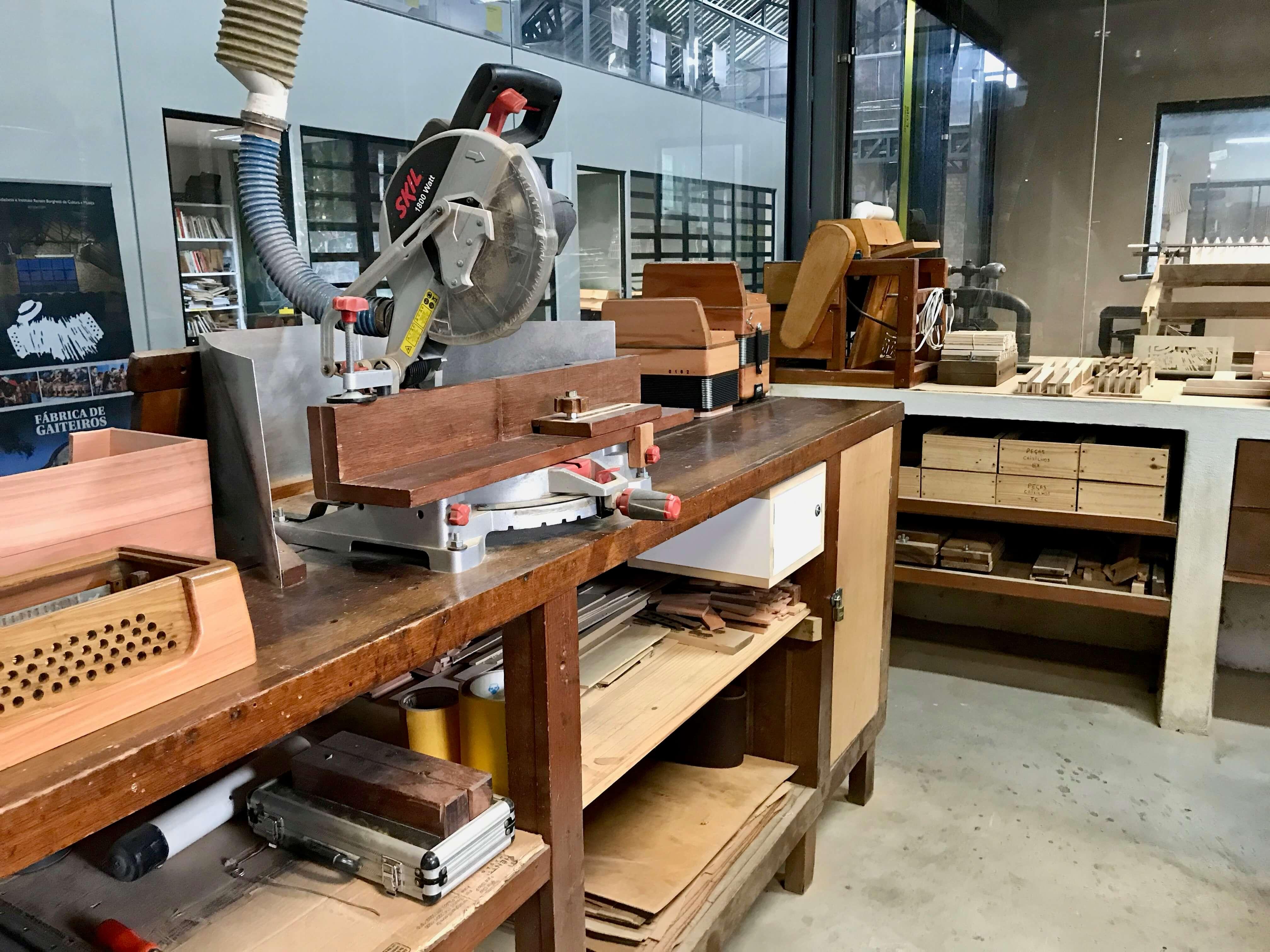 interior da fábrica de gaiteiros