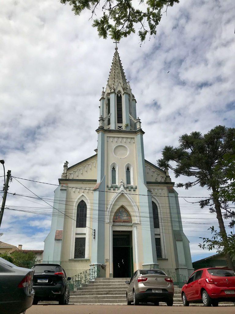 fachada de igreja azul e bege
