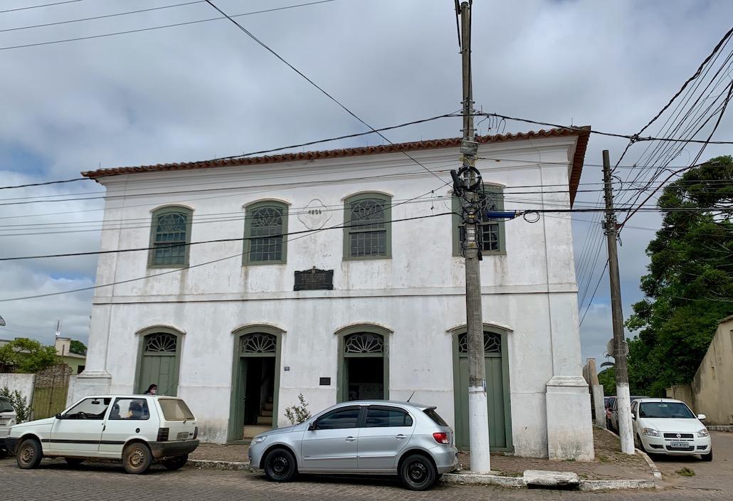 fachada de prédio amarelo e verde em Piratini