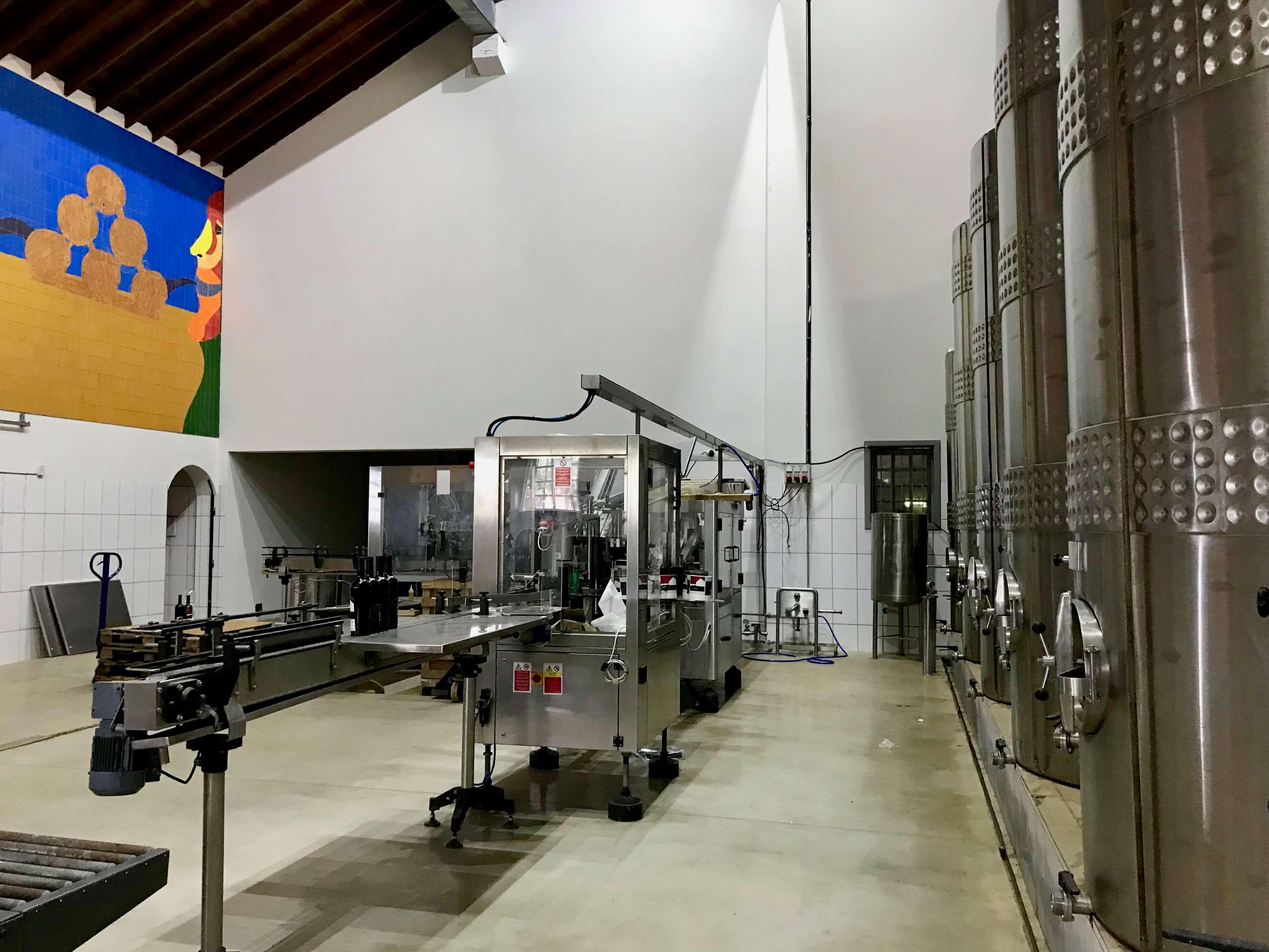 ambiente interno com equipamentos de produção do vinho