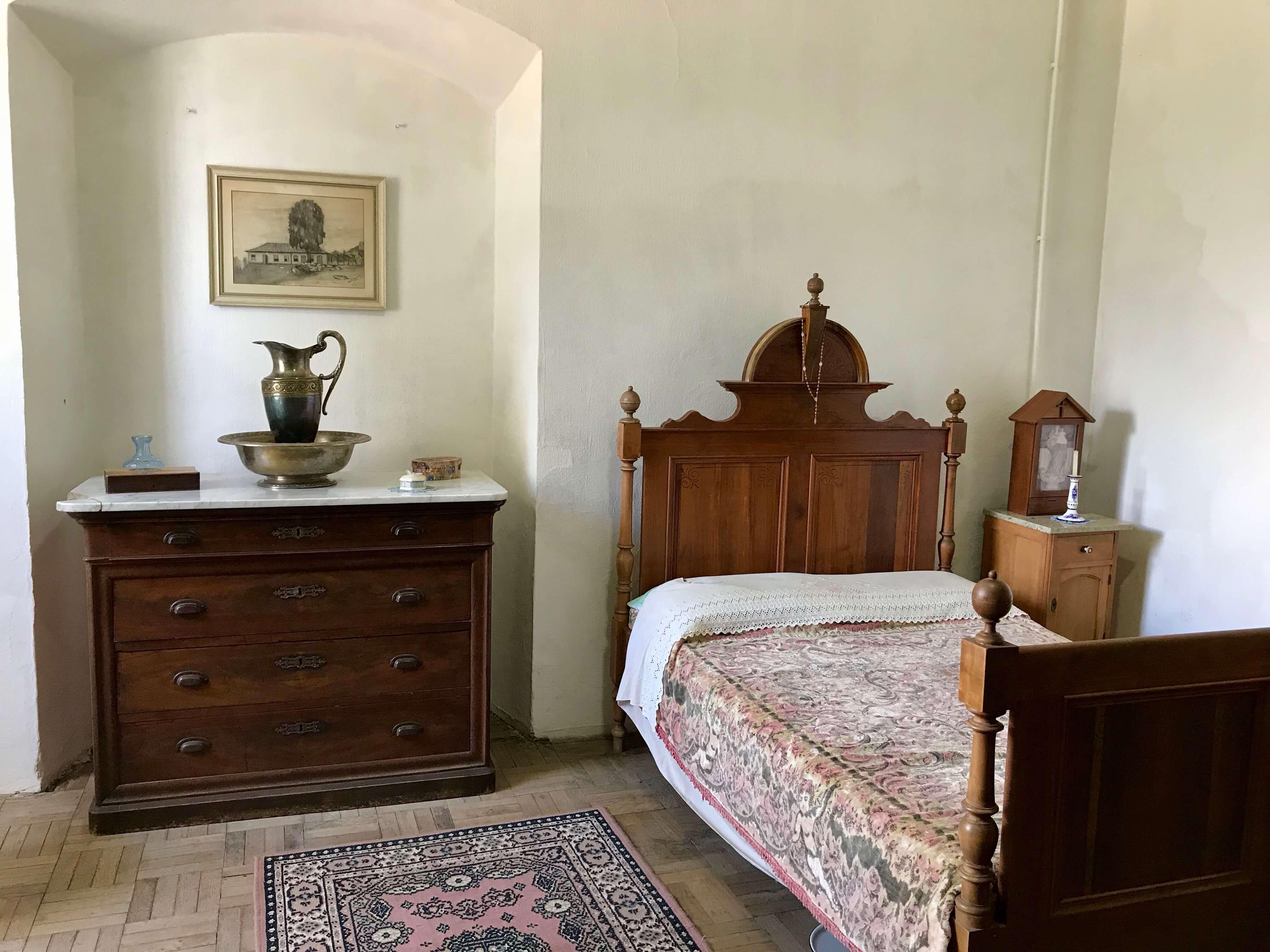 quarto com cama e cômoda antigas