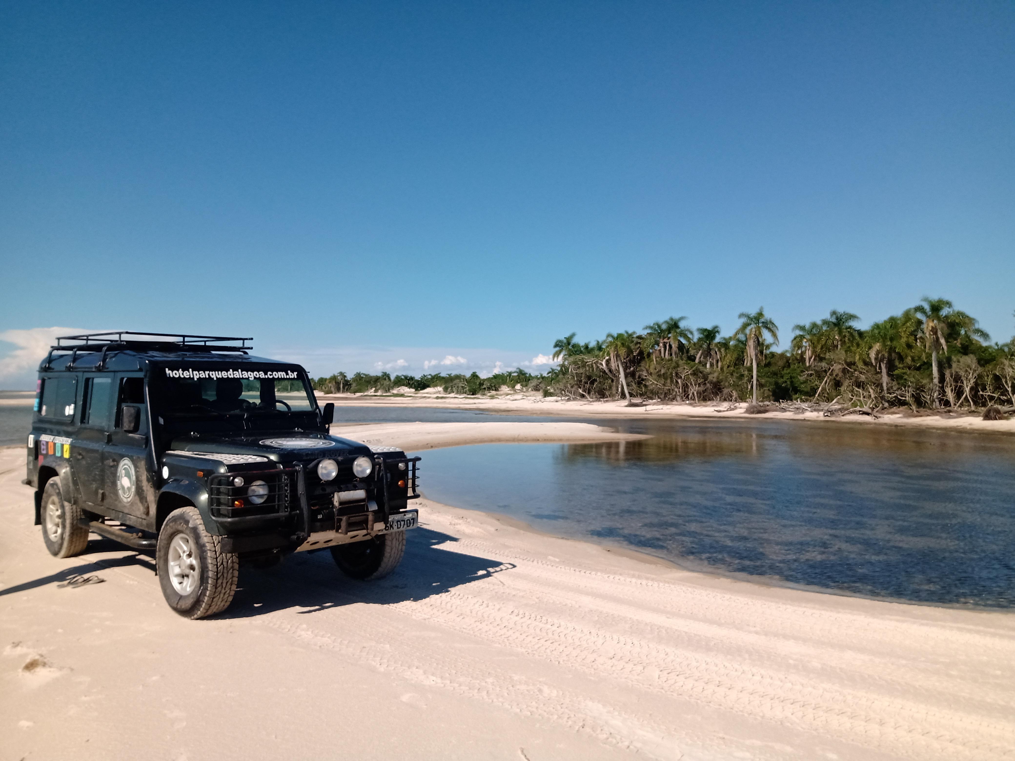 veículo 4x4 estacionado em praia