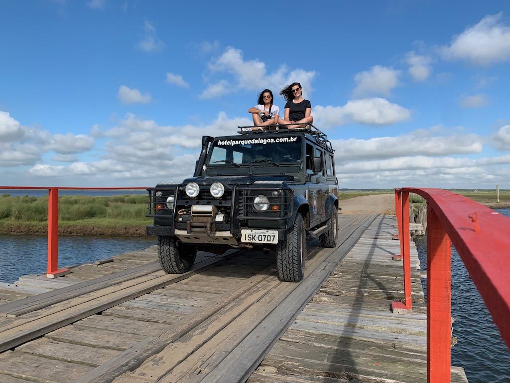 duas mulheres passeando em cima de um veículo 4x4