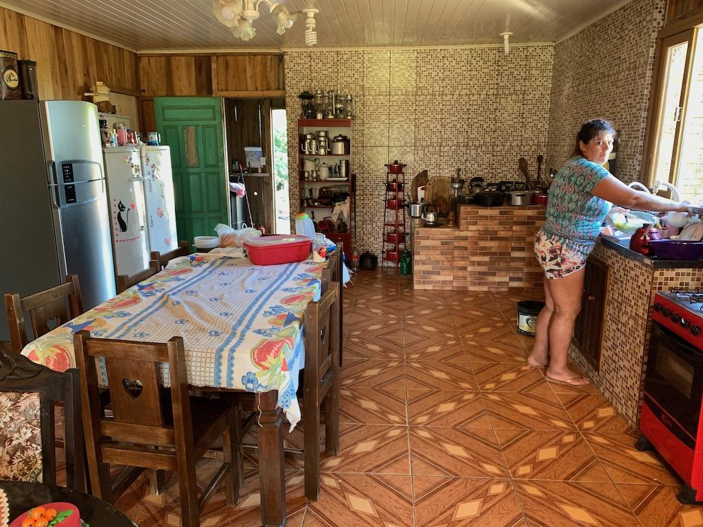 mulher fazendo comida em cozinha