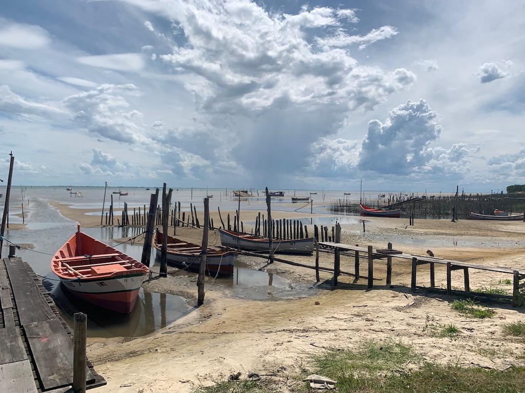 barcos atracados na beira da lagoa