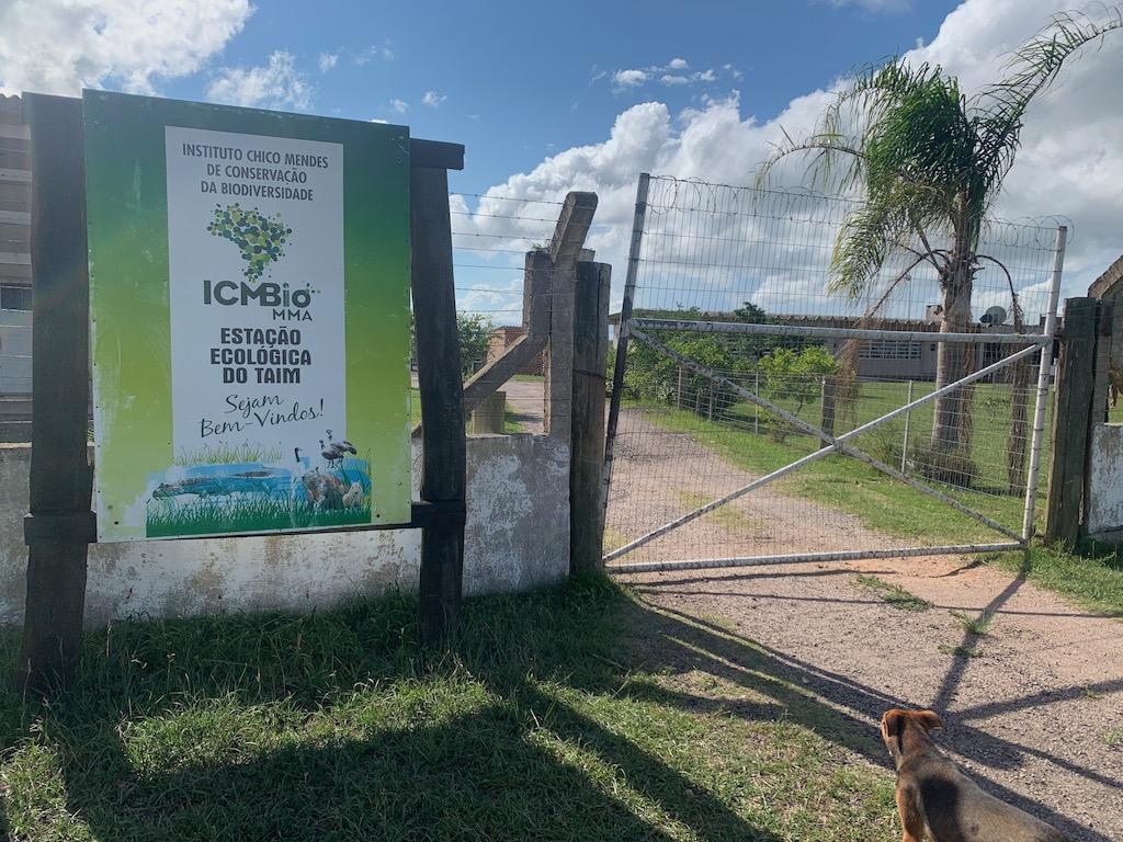 placa de boas-vindas à estação ecológica do taim