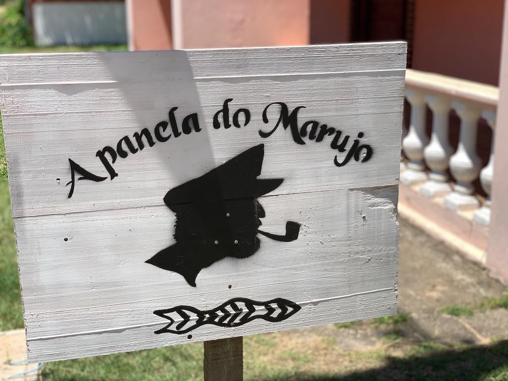 Placa em frente ao restaurante A Panela do Marujo