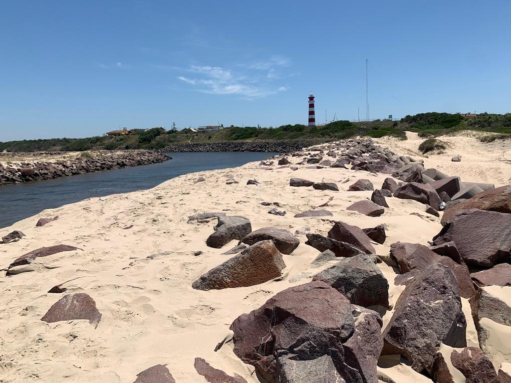 farol, pedras, areia e arroio Chuí