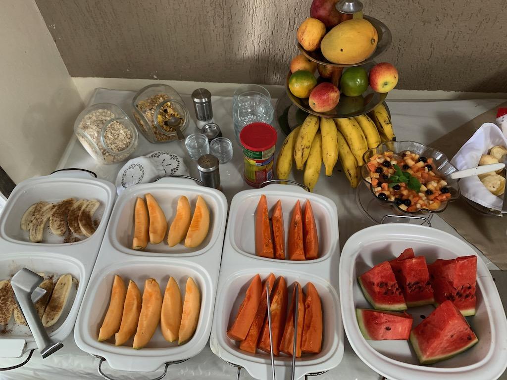 café da manhã da pousada quebra mar, com várias opções de frutas