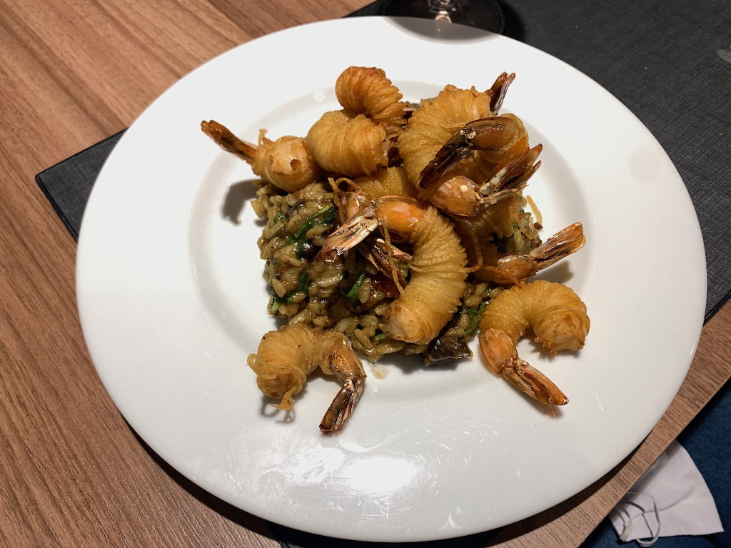 prato com camarões fritos e risoto