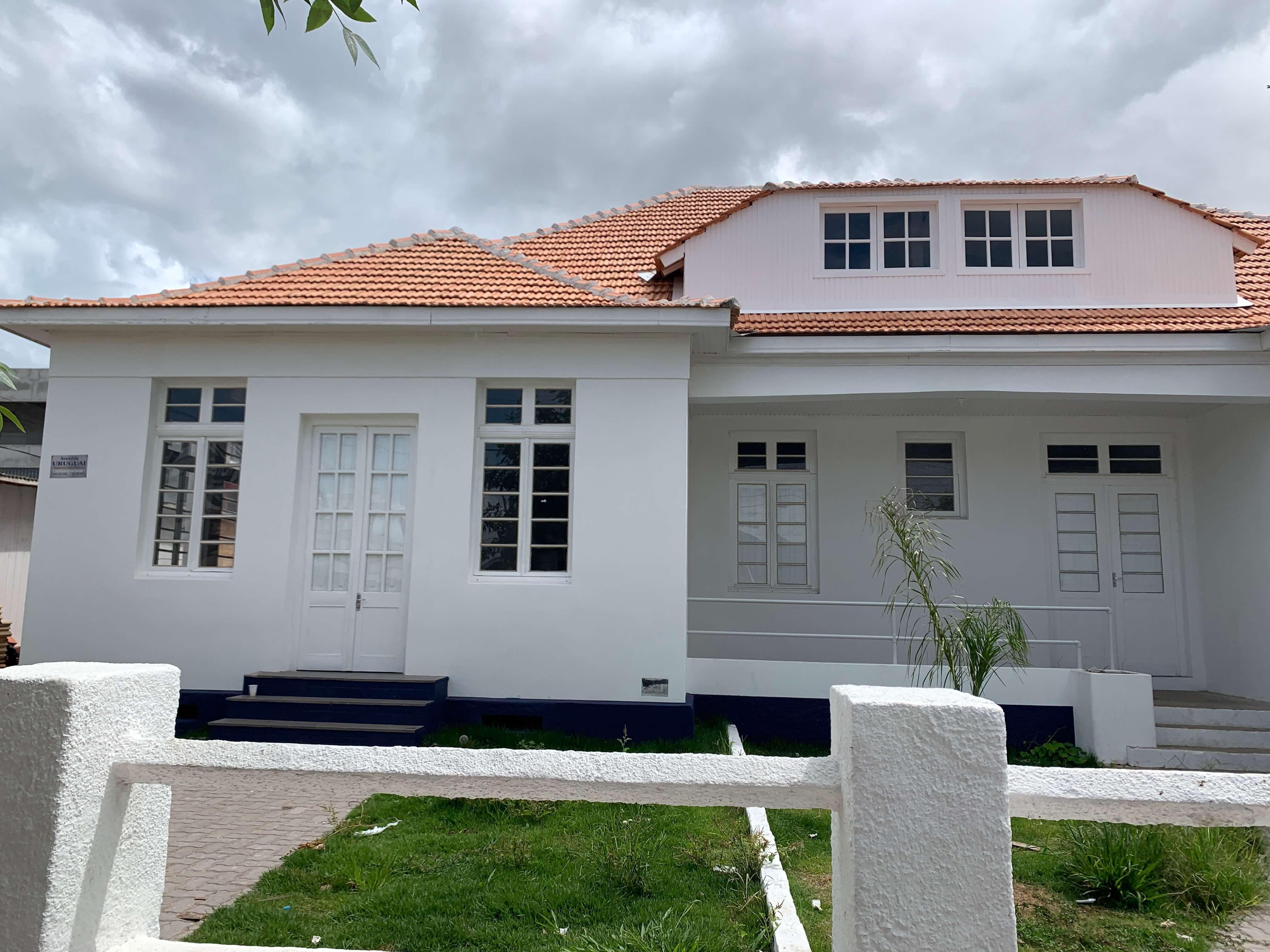 fachada de asarão branco do Centro Cultural do Chuí