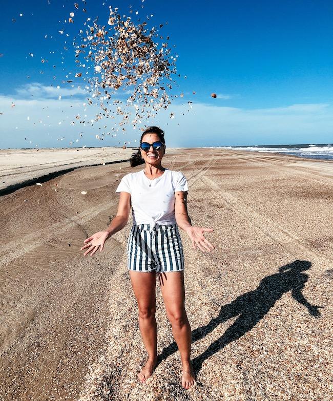 uma pessoa levantando conchas