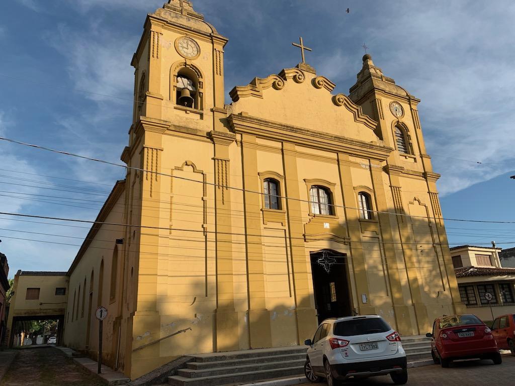 igreja de Santa Vitória do Palmar, em tons de amarelo