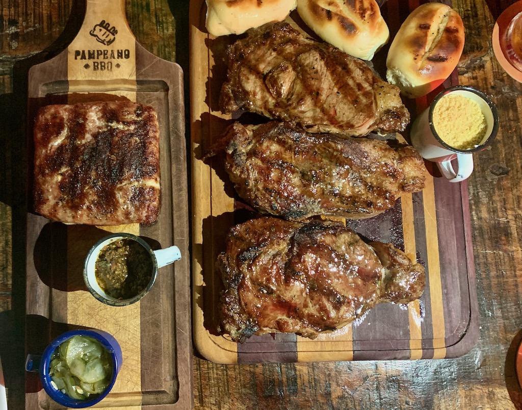 carnes, pães, farofa e molhos