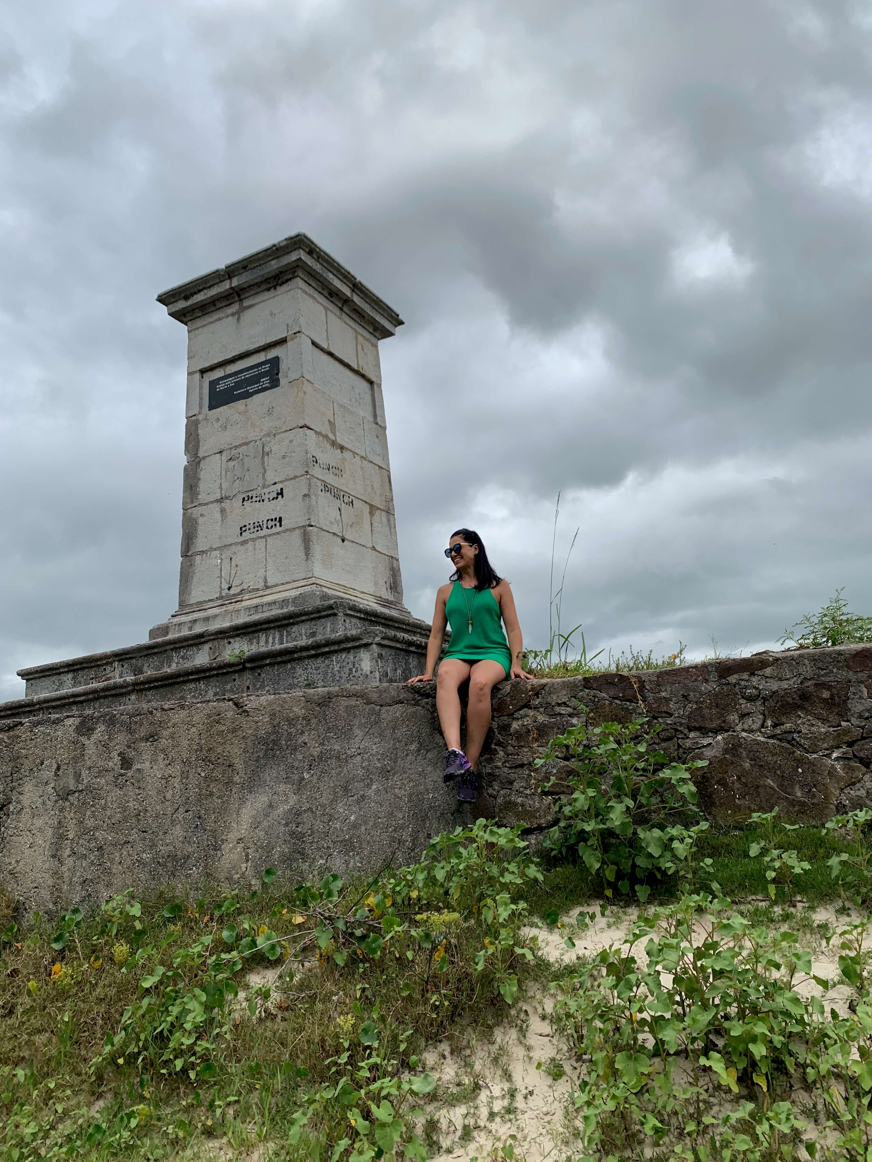 monumento feito em pedra que separa o Uruguai do Brasil