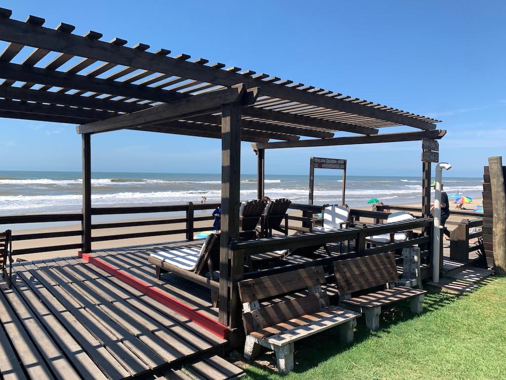 deck com cadeiras com vista para a praia do Hermenegildo