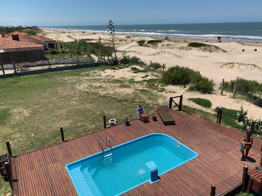 vista para a área externa do hotel com praia ao fundo