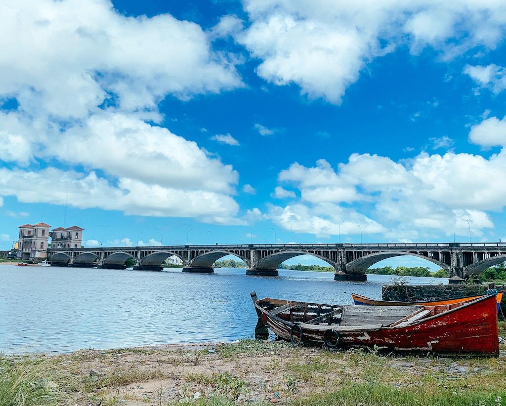 ponte internacional, barquinhos e águas do arroio Jaguarão