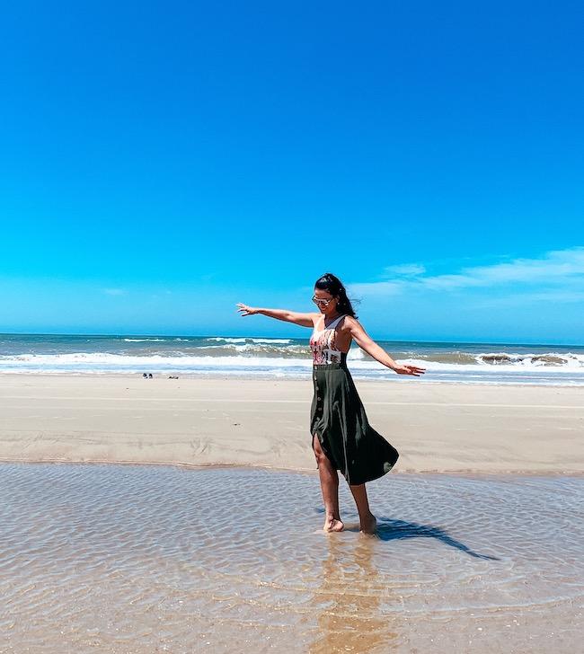 praia, águas, areia, mar e uma pessoa