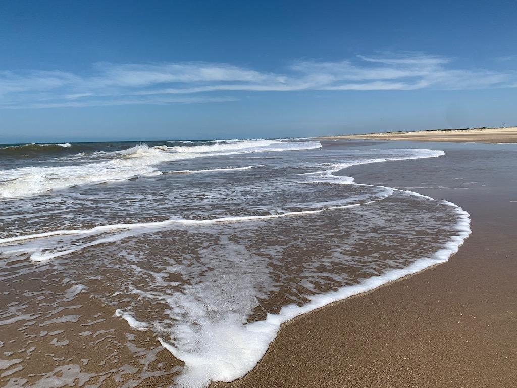 praia, mar e areia