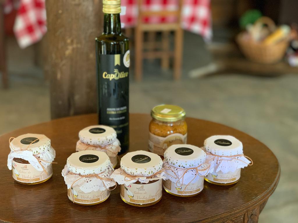 mesa com vinho e geleias