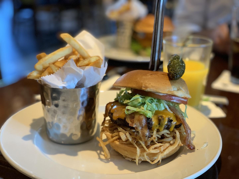 hamburguer acompanhado por batata frita