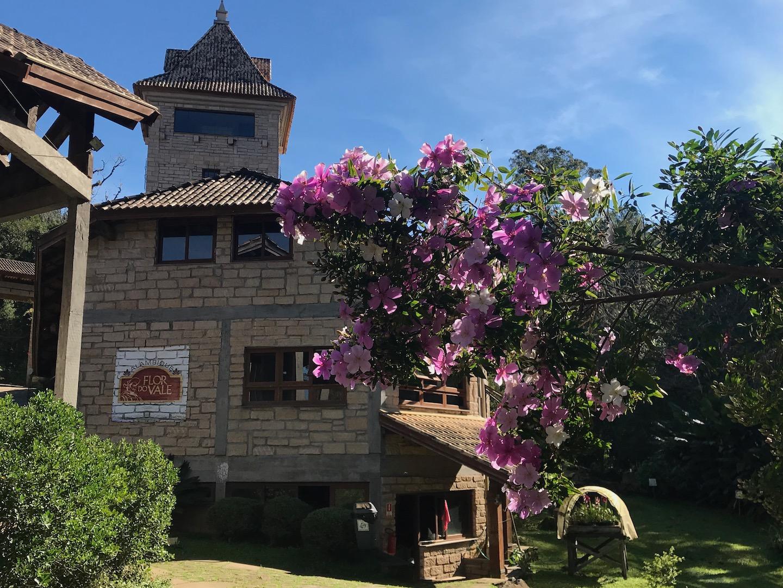 fachada do alambique flor do vale, com flores em frente