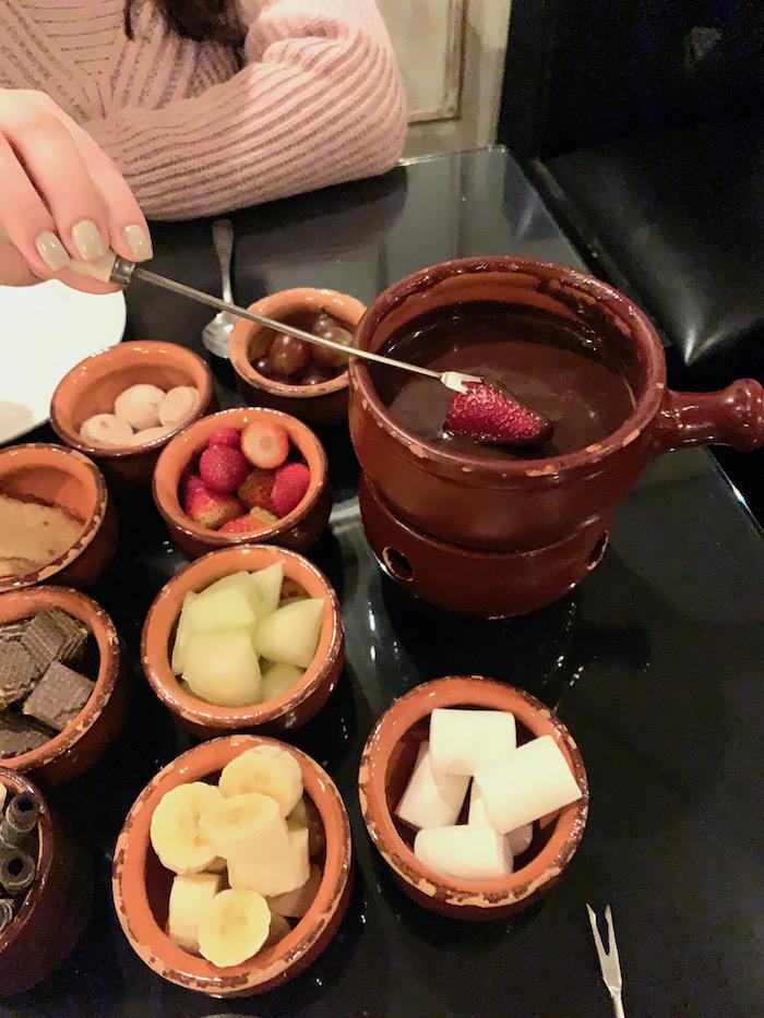 fondue com morango, banana, chocolates e melão