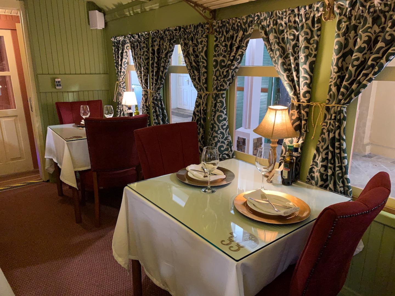 restaurante férreo, localizado dentro de um vagão de trem